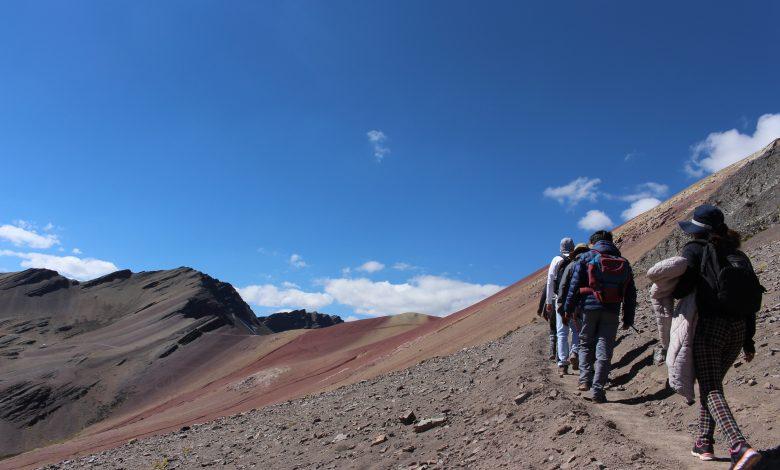 camino-montaña-arcoíris-maravillas-peruanas