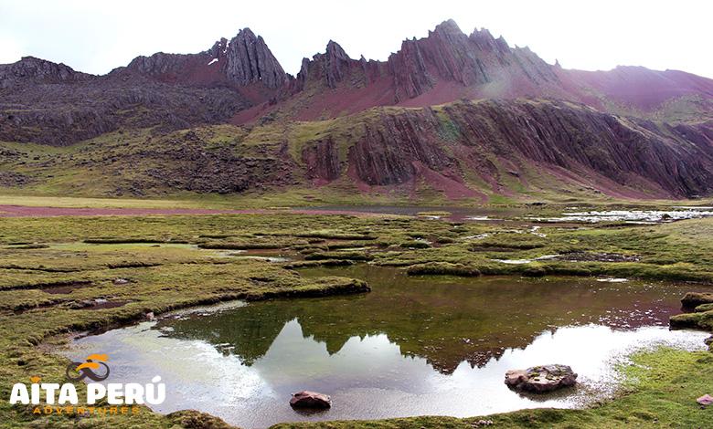 valle-rojo-montaña-arcoiris